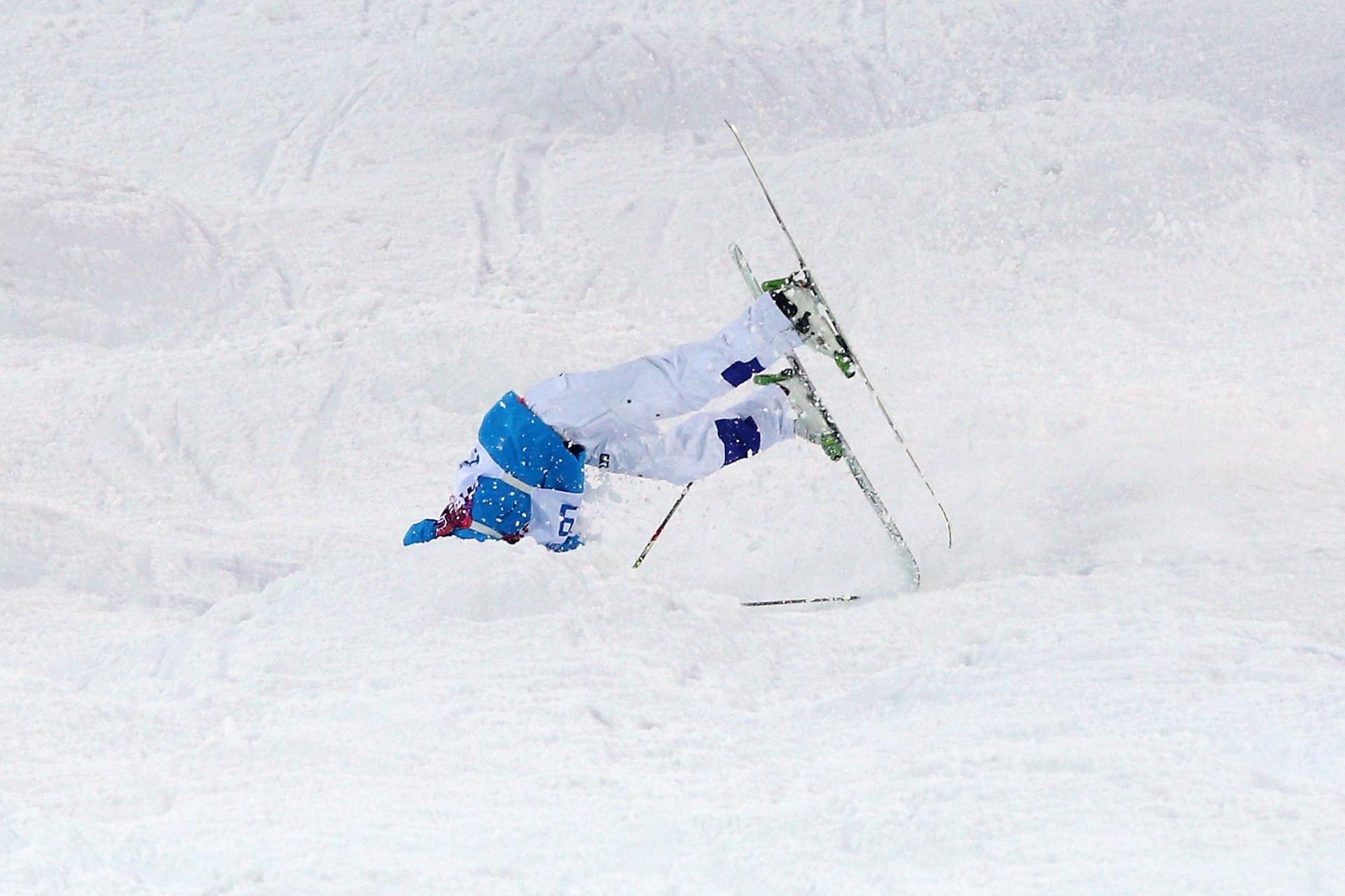 10.02.14 - Finlandês Ville Miettune sofre queda durante a classificação do esqui moguls; ele precisou receber atendimento médico, mas não se feriu gravemente