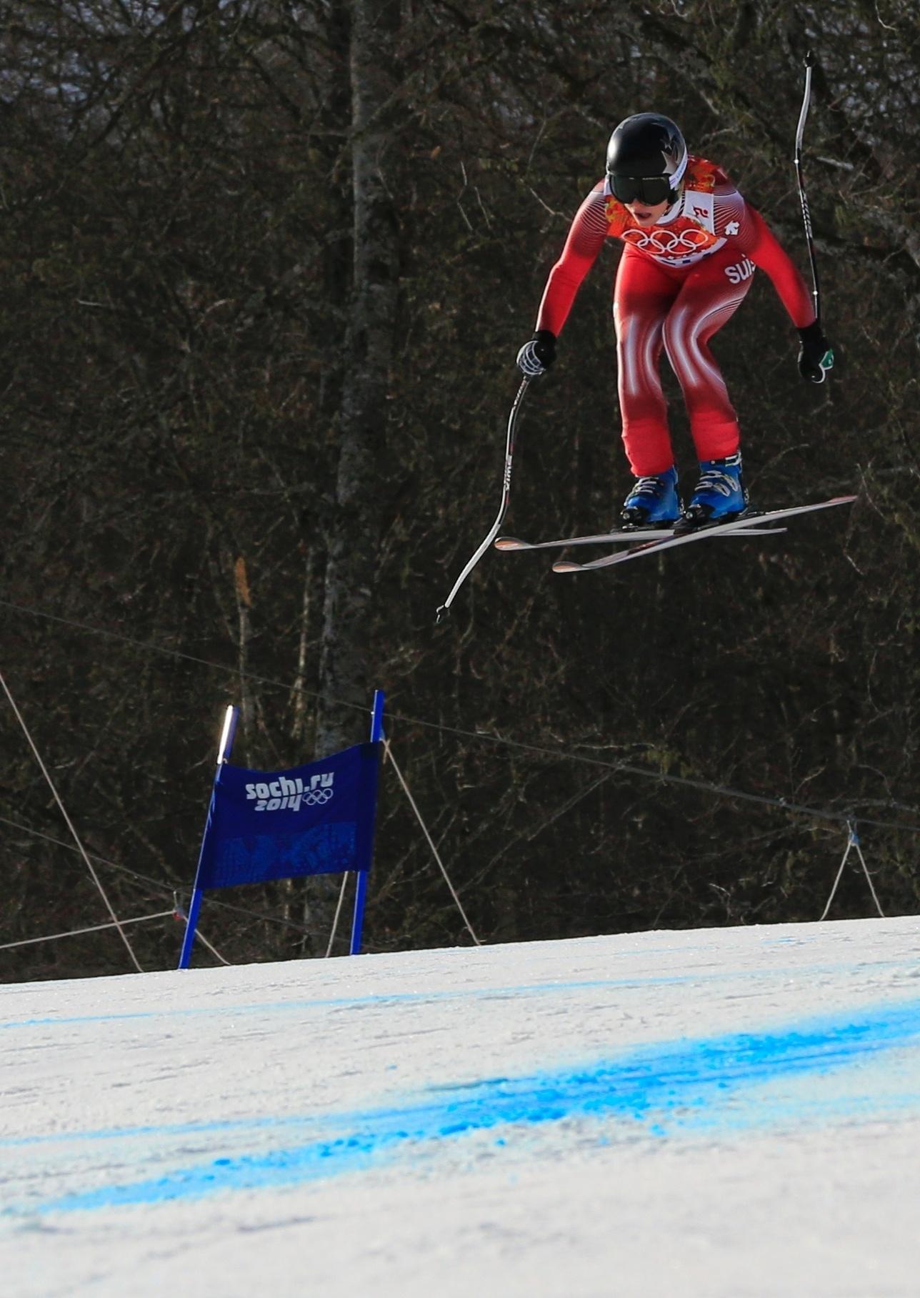 10.02.2014 - Lara Gut, da Suíça, fica suspensa no ar durante prova dos Jogos Olímpicos de Inverno