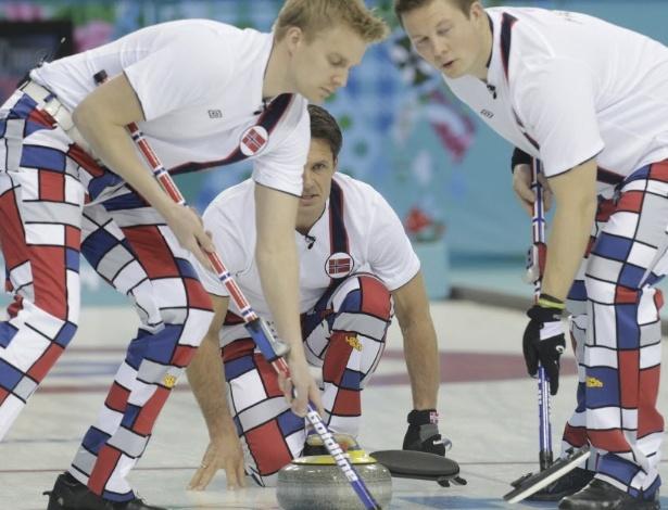 10.jan.2014 - Equipe de curling da Noruega se prepara para jogada em duelo contra os Estados Unidos nos Jogos Olímpicos de Inverno, em Sochi, na Rússia