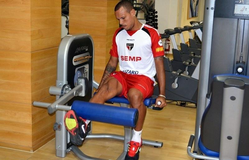 Luis Fabiano treina sozinho e por conta própria em dia de folga no CT