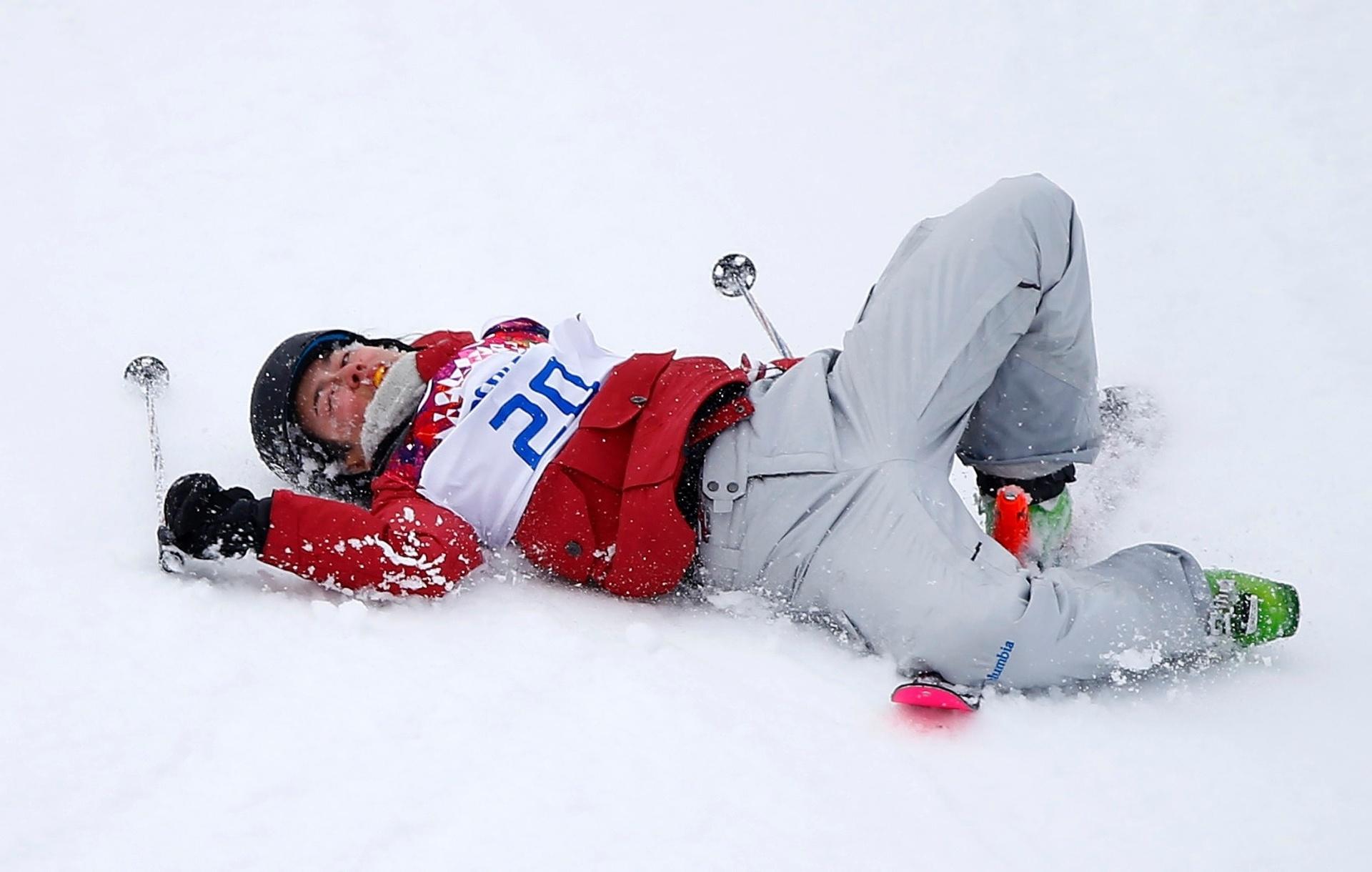 11.02.14 - A canadente Yuki Tsubota sofreu uma queda feia na competição de estilo livre nos Jogos Olímpicos de Inverno. Ela ficou no chão por um tempo até ser carregada de maca para o hospital