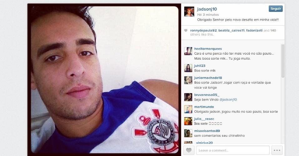11.02.2014 - Jadson, novo meia do Corinthians, posta foto com a camisa do clube no Instagram