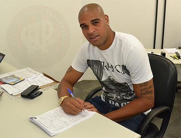 11.fev.2014 - Atacante Adriano assina contrato com o Atlético-PR