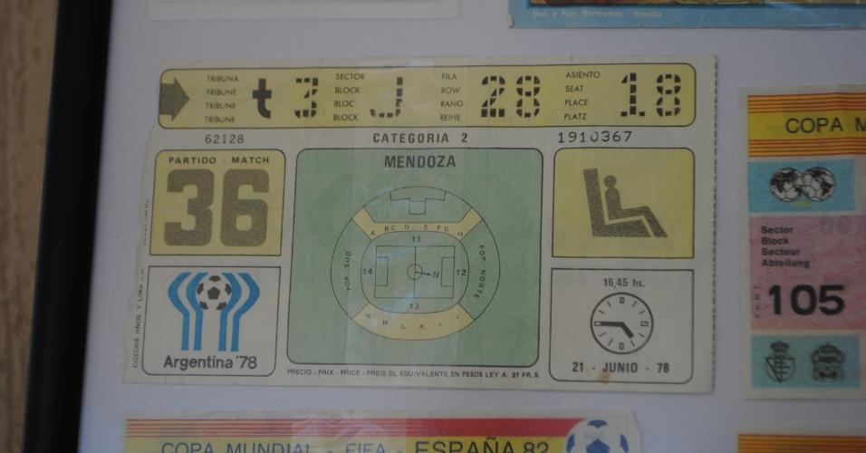 A primeira Copa do Mundo assistida pelo grupo foi a da argentina, em 1978. O ingresso está cuidadosamente enquadrado.