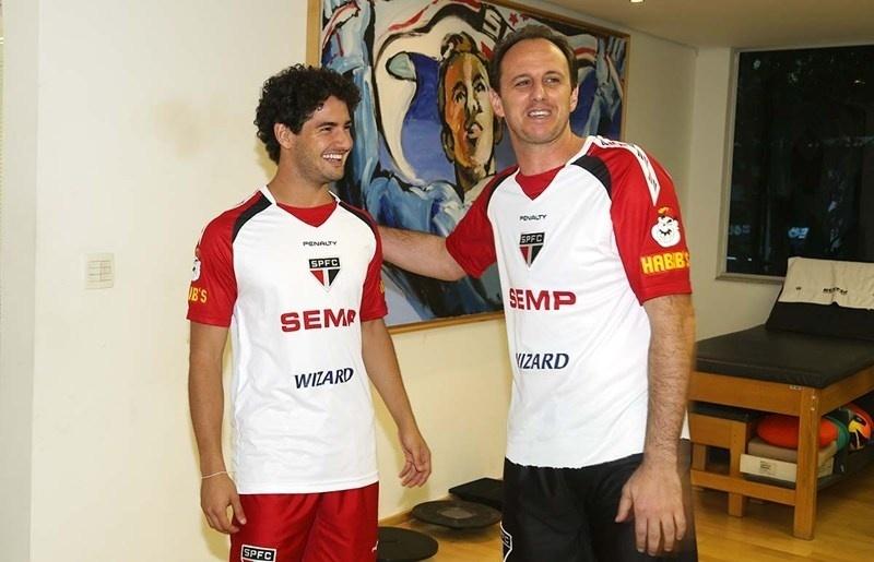 Alexandre Pato posa para foto com Rogério Ceni no CT