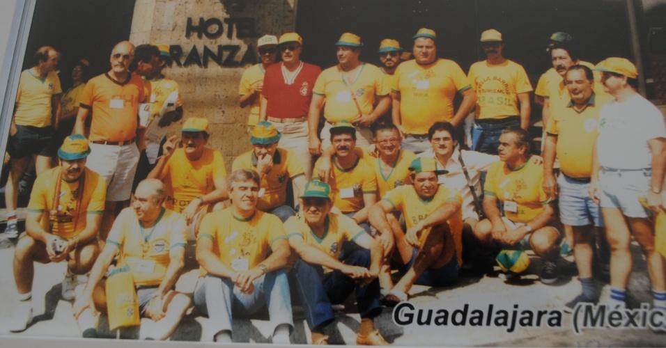 Amigos da cidade de Monte Sião (MG) posam para em frente ao hotel em que ficaram na cidade de Guadalajara durante a Copa do Mundo do México (1986)