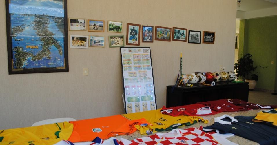 De cada Copa, os amigos guardam muitas histórias e também objetos que ajudam a lembrar das avendturas. Um deles, coleciona camisas trocadas com torcedores de todo o mundo