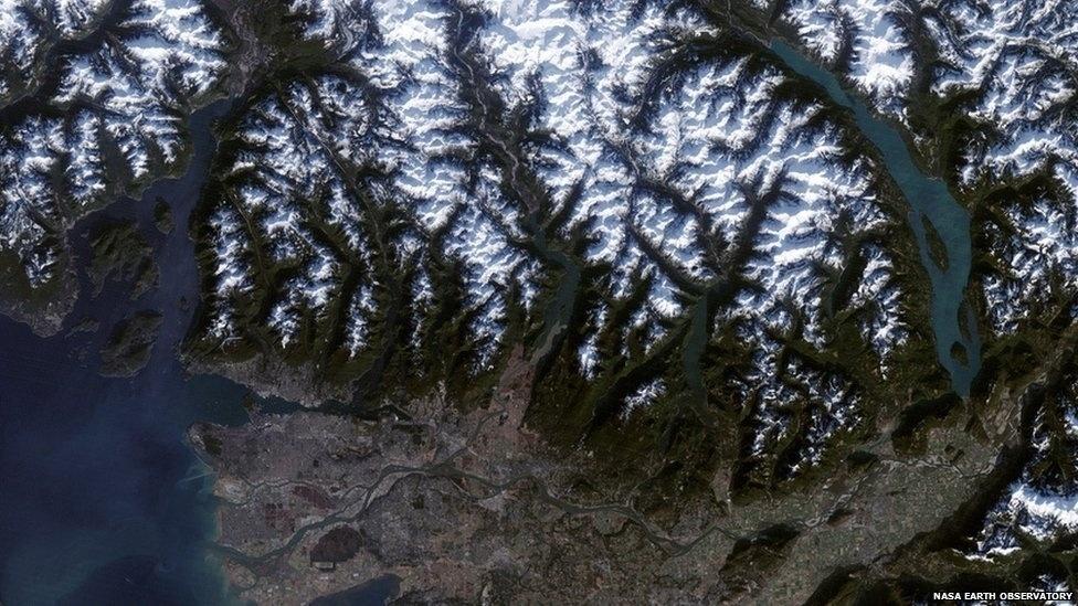 Dois meses antes de os Jogos de Inverno de 2010 terem começado na cidade canadense de Vancouver, no Canadá, a Nasa fotografou a cidade e seus arredores. A cerimônia de abertura foi realizada na própria cidade, e as montanhas ao norte abrigaram as provas alpinas.