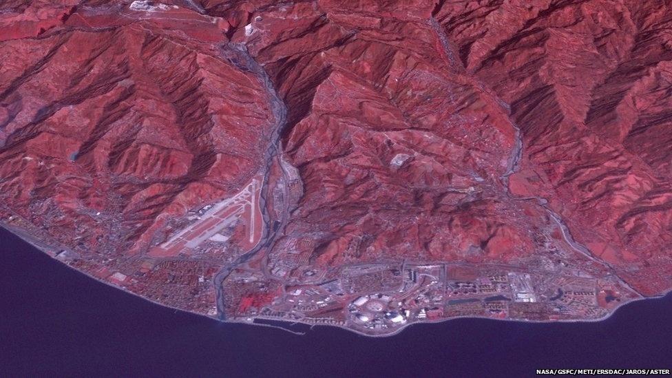 Em homenagem aos Jogos Olímpicos de 2014 em Sochi (Rússia), a Nasa (agência espacial americana) divulgou imagens de cidades e regiões olímpicas de inverno - do presente e do passado - vistas do espaço. Nesta foto é possível ver um pouco de Sochi e da costa do Mar Negro, fotografada em 4 de janeiro.