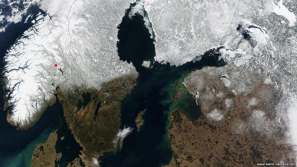 Em março de 2002, a Nasa fez esta imagem da Noruega e de outras partes da Escandinávia. A cidade norueguesa de Lillehammer (marcada com um ponto vermelho) sediou os Jogos de Inverno de 1994.