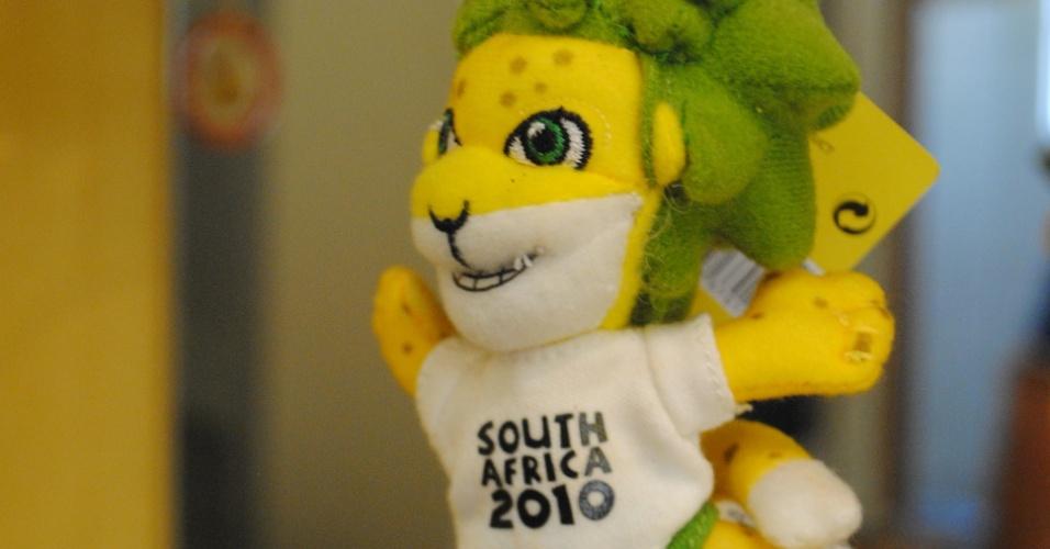 Mascote da Copa da África do Sul (2010) também faz parte da decoração da sala da casa de Antônio Pereira da Silva, que já esteve em sete Mundiais