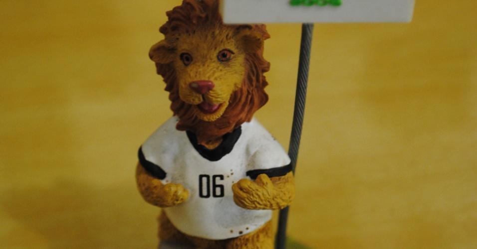Mascote da Copa do Mundo da Alemanha (2006) faz parte da decoração da sala de estar da casa de Antônio Pereira da Silva