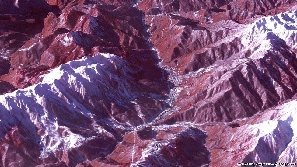 O resort de esqui Rosa Khutor fica localizado no vale acima, que abriga as competições de esqui e snowboard nos Jogos de Sochi. A imagem, também feita em 4 de janeiro, mostra a vegetação (avermelhada) coberta de neve.