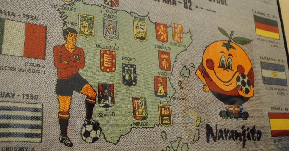 Toalha comprada durante a Copa da Espanha (1982) foi emoldurada e decora a parede da sala de Antônio Pereira da Silva