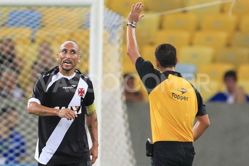 02 fev. 2014 - Volante Guiñazu reclama com árbitro durante clássico entre Vasco e Botafogo, pelo Campeonato Carioca