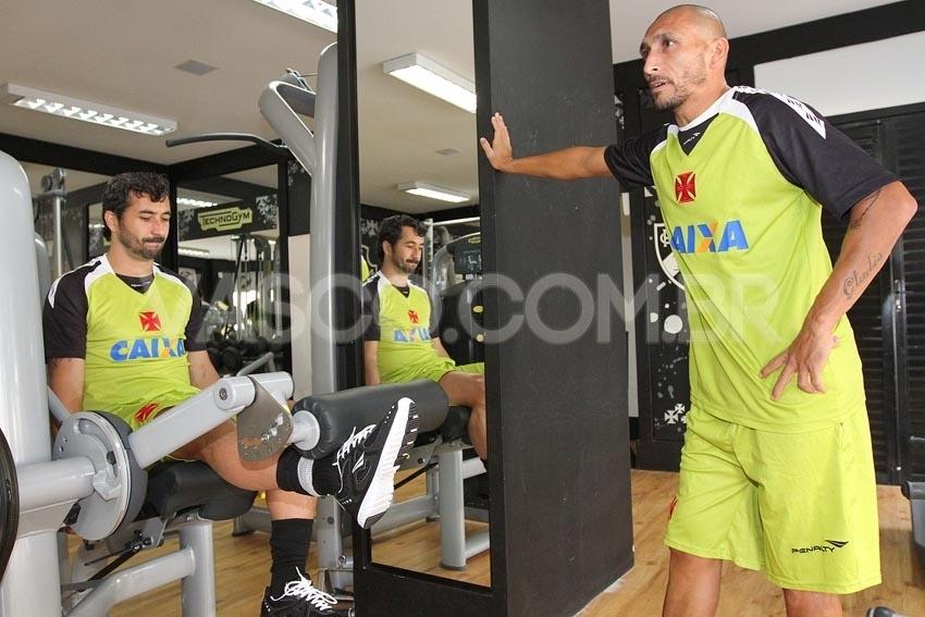 11 fev. 2014 - Ao lado de Guiñazu, Douglas participa de treinamento na academia do Vasco