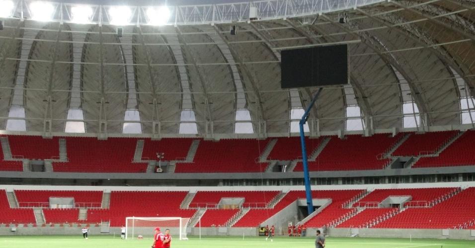 12.fev.2014 - Inter faz treino no Beira-Rio para testar iluminação antes de evento-teste
