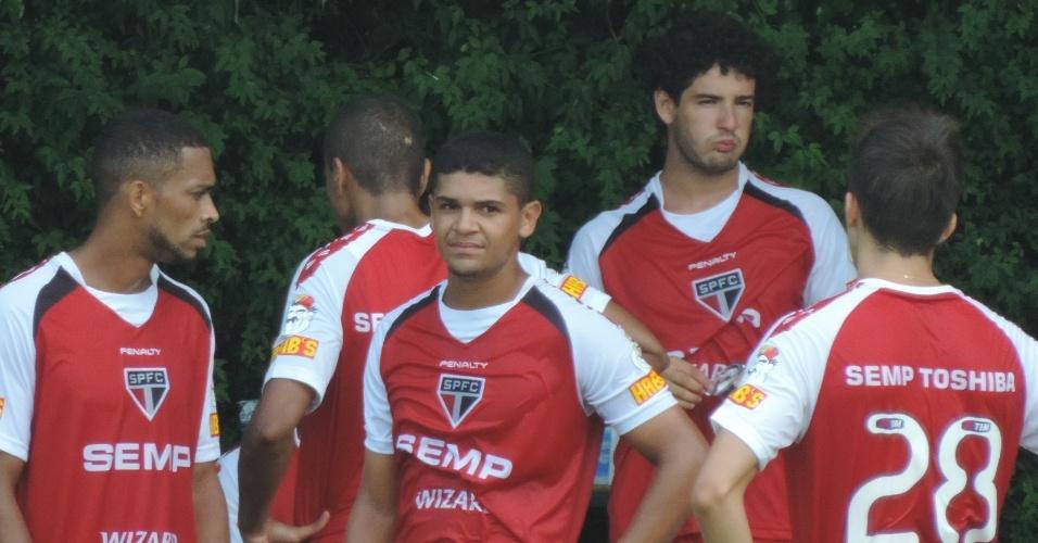 Alexandre Pato faz bico enquanto bebe água no seu primeiro treino aberto pelo São Paulo