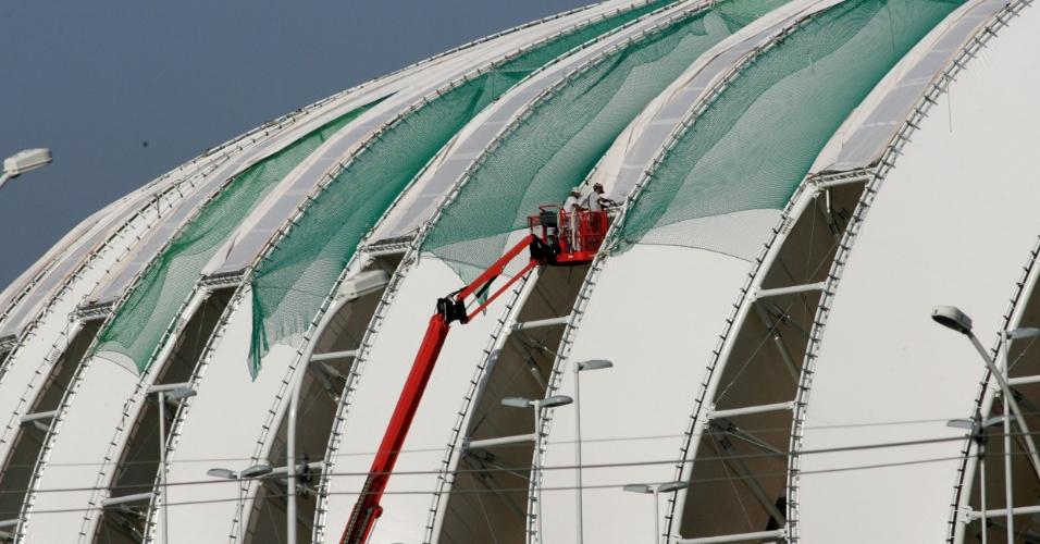 Operários cuidam da instalação da cobertura do novo Beira-Rio