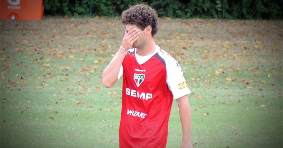 Pato leva a mão ao rosto em seu primeiro treino aberto no São Paulo. O atacante chega ao clube por empréstimo até o fim de 2015