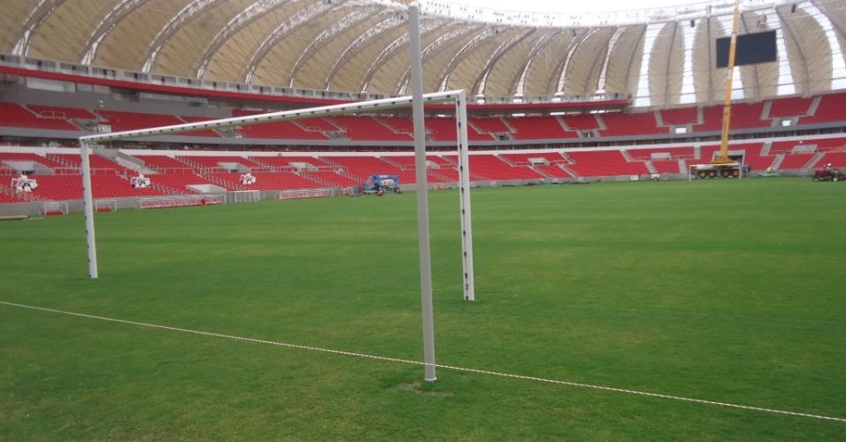Visão interna do estádio, já com a cobertura e traves instaladas