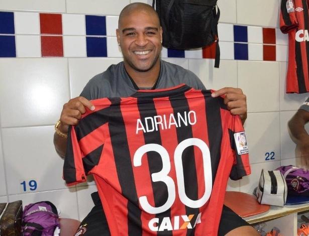 13.fev.2014 - Atacante Adriano exibe a camisa número 30 do Atlético-PR, que usará na Copa Libertadores