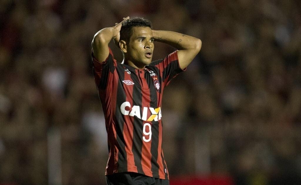 13.fev.2014 - Atacante Éderson lamenta uma chance perdida na estreia do Atlético-PR na Libertadores contra o The Strongest