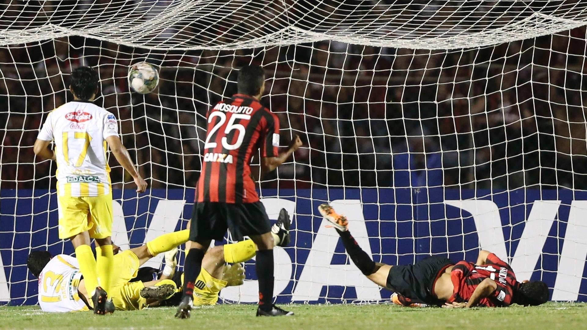 13.fev.2014 - Caído no gramado, Paulinho Dias observa a bola estufar a rede do The Strongest na estreia do Atlético-PR na Libertadores