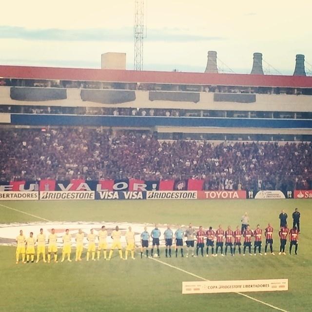 13.fev.2014 - The Strongest e Atlético-PR aguardam o início da partida no estádio Vila Capanema