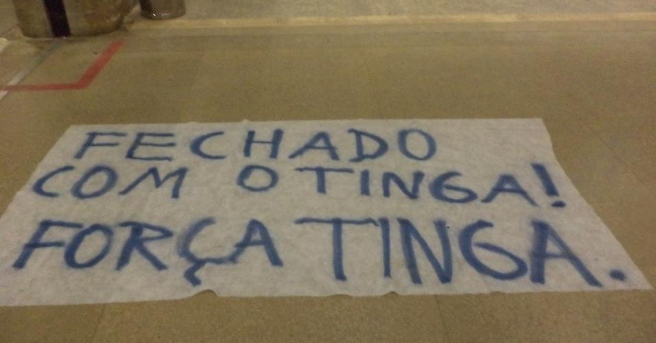 13 fev 2014 - Cartaz mostra que torcedores do Cruzeiro que foram ao aeroporto estçao