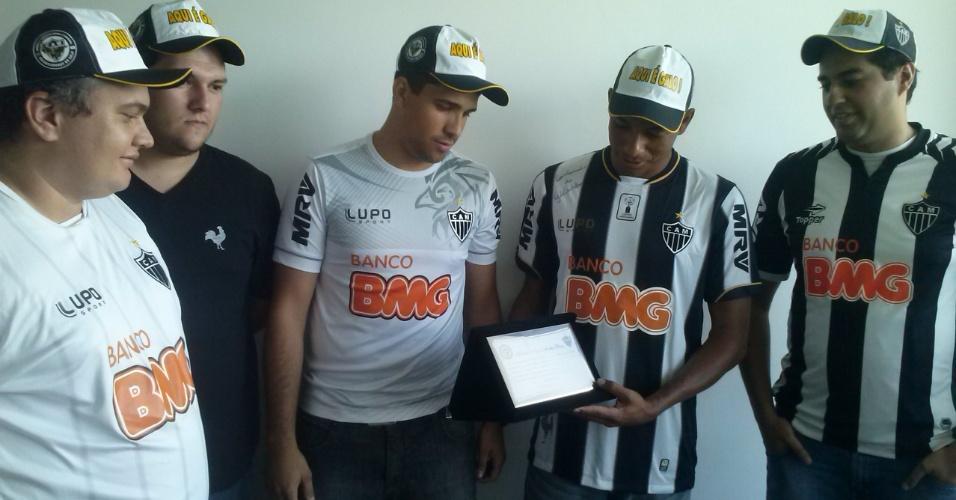 14 fev 2014 - Gilberto Silva recebe uma placa em homenagem feita por um grupo de torcedores do Atlético-MG