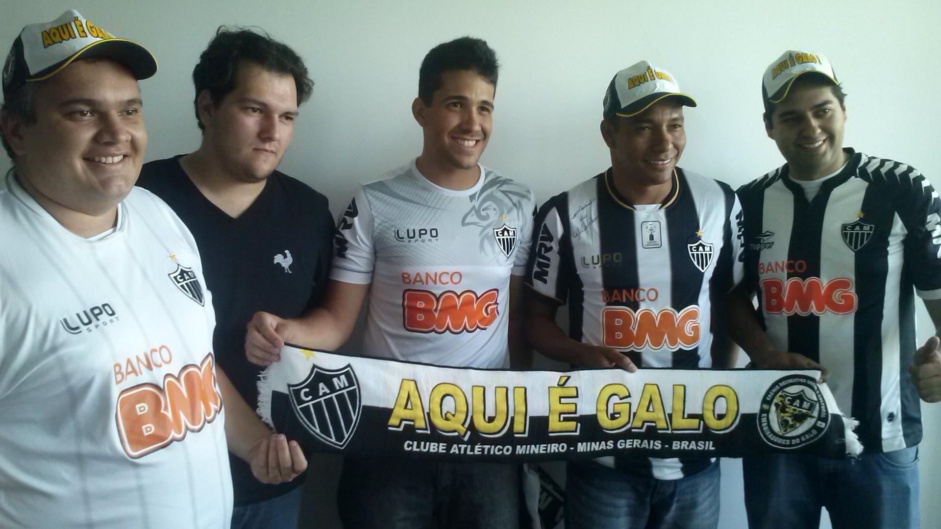 14 fev 2014 - Gilberto Silva vestiu novamente a camisa do Atlético-MG, clube que já deixou, durante homenagem feita por torcedores