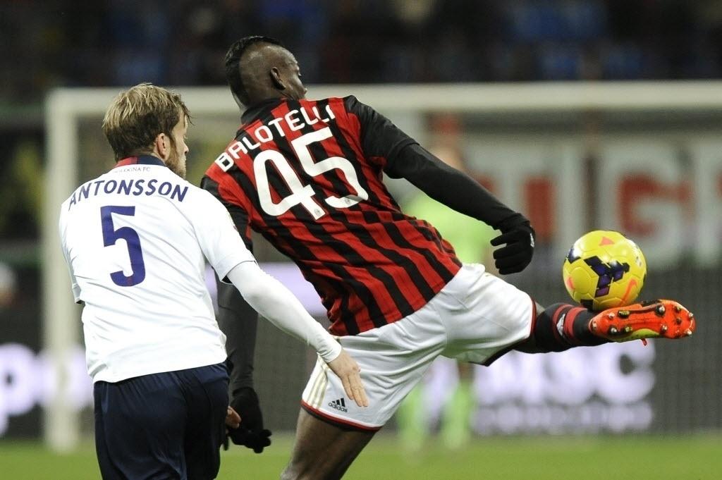 14.fev.2014 - Balotelli mostra habilidade e domina a bola com a lateral do pé na partida entre Milan e Bologna pelo Campeonato Italiano