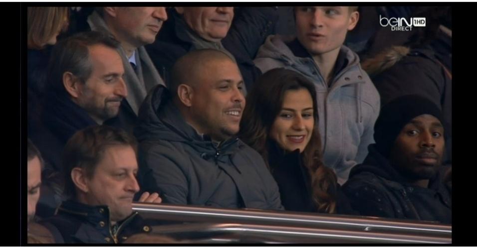 14.fev.2014 - Ronaldo assiste ao jogo entre PSG e Valenciennes pelo Campeonato Francês com a noiva Paula Morais