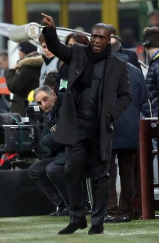 14.fev.2014 - Seedorf orienta os jogadores do Milan durante a partida contra o Bologna pelo Campeonato Italiano