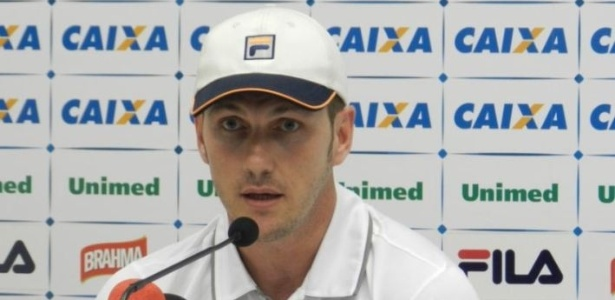O técnico Paulo Turra perdeu para Chapecoense em sua estreia no comando do Avaí