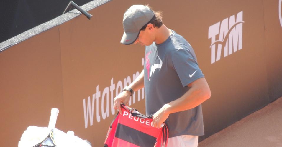 Rafael Nadal observa a camisa do Flamengo que ganhou de patrocinador do Rio Open