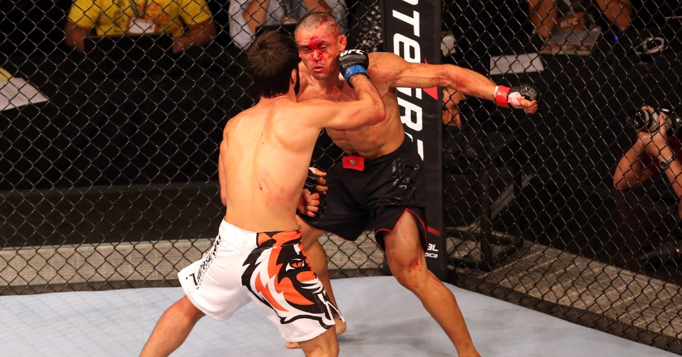 15.fev.2014 - Com corte na testa, Douglas Silva recebe golpe de Zubaira Tuhugov; brasileiro foi derrotado por pontos em sua estreia no UFC