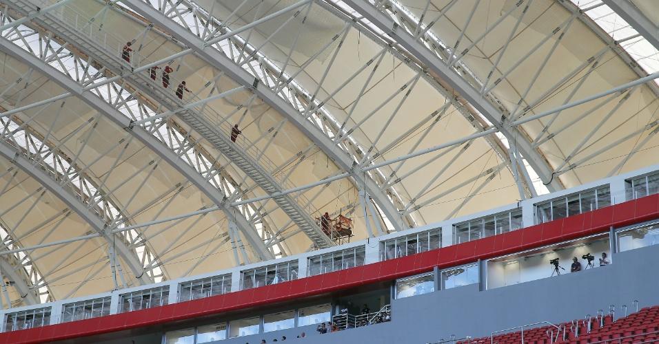 15.fev.2014 - Operários ainda trabalham para últimos acertos no estádio Beira-Rio, em Porto Alegre