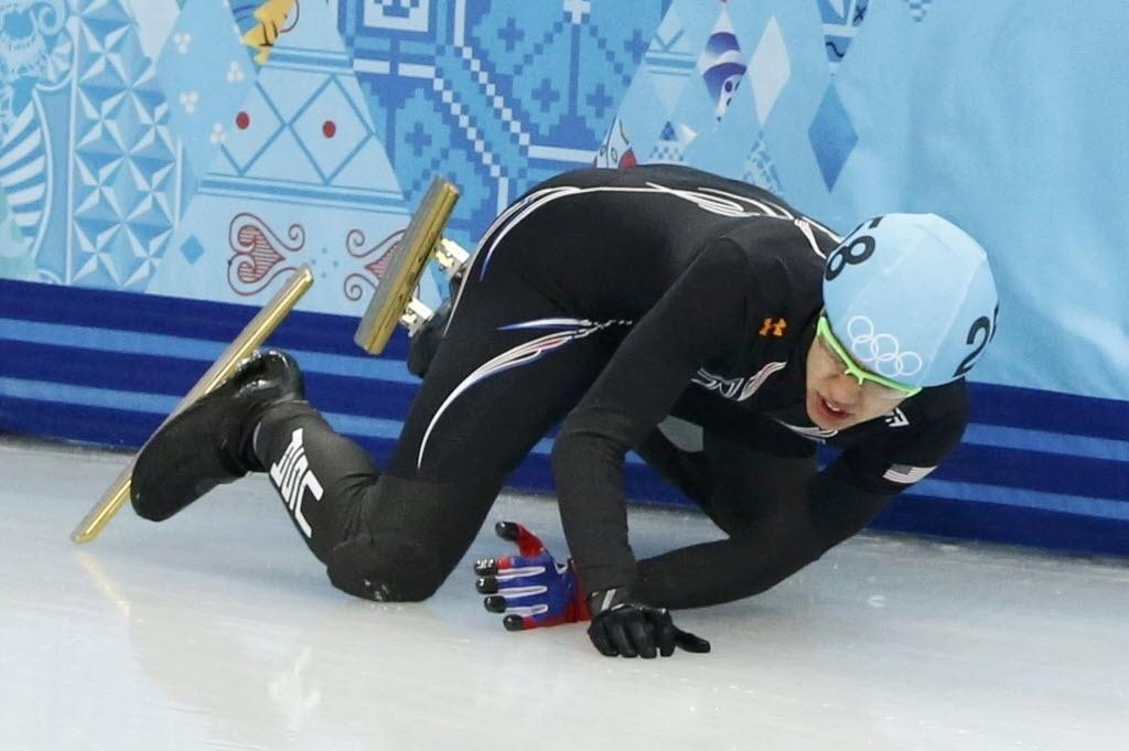 Americano J.R. Celski teve que se encostar na placa ao não resistir uma curva estreita