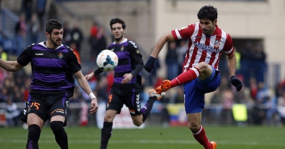Diego Costa fez uma pintura de gol pelo Atlético de Madri ao receber bola na esquerda e tocar por cobertura sobre o goleiro