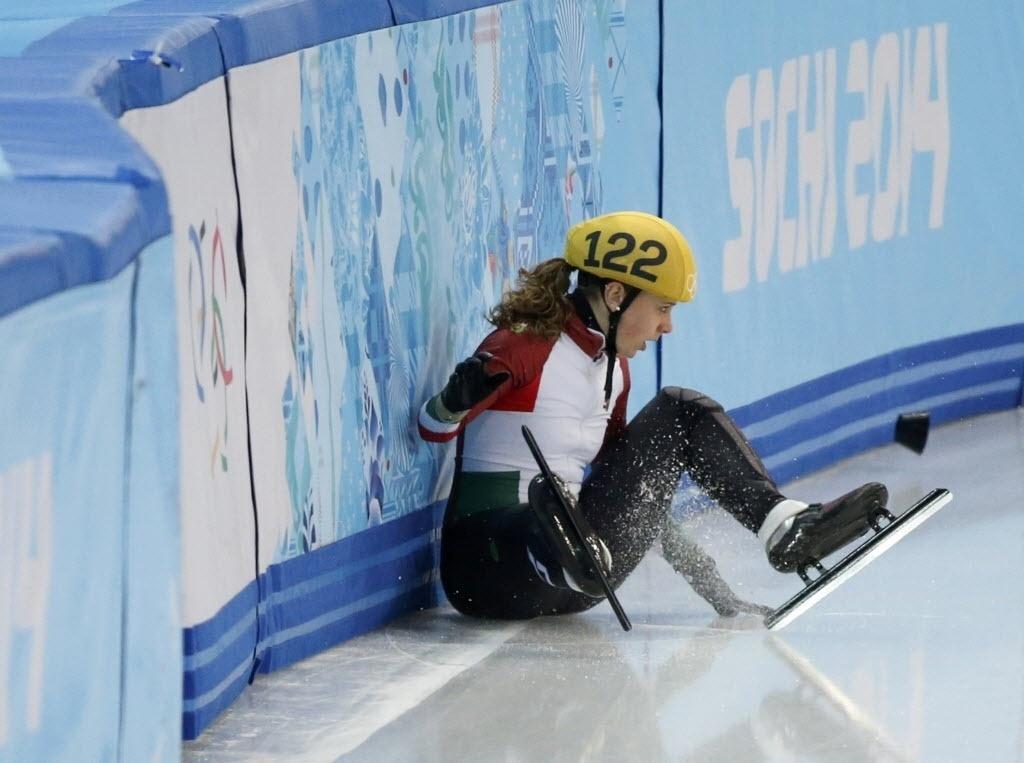 Húngara Zsofia Konya perde o equilíbrio nos 1.500 m da patinação em velocidade