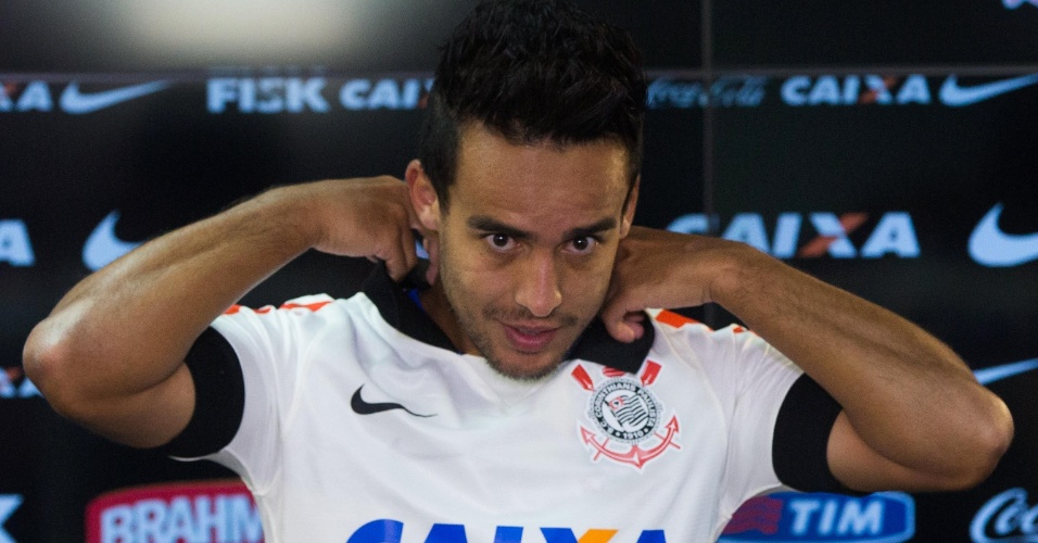 Jadson é apresentado oficialmente como novo reforço do Corinthians, antes do treino da equipe no CT Joaquim Grava