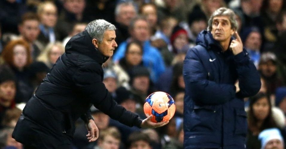 José Mourinho (esq.), do Chelsea, provocou o rival Manuel Pellegrini, pelo alto dinheiro gasto pelo City para contratações. O português viu o chileno vencer neste sábado por 2 a 0.
