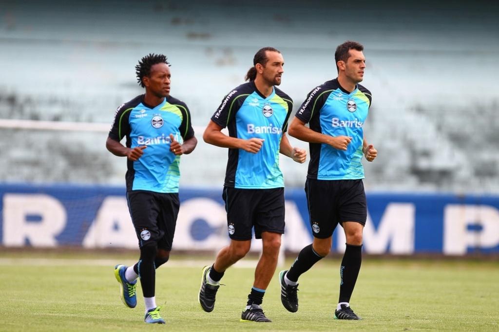 Meia Zé Roberto, centroavante Barcos e zagueiro Rhodolfo correm em treino regenerativo do Grêmio no estádio Olímpico (15/02/2014)