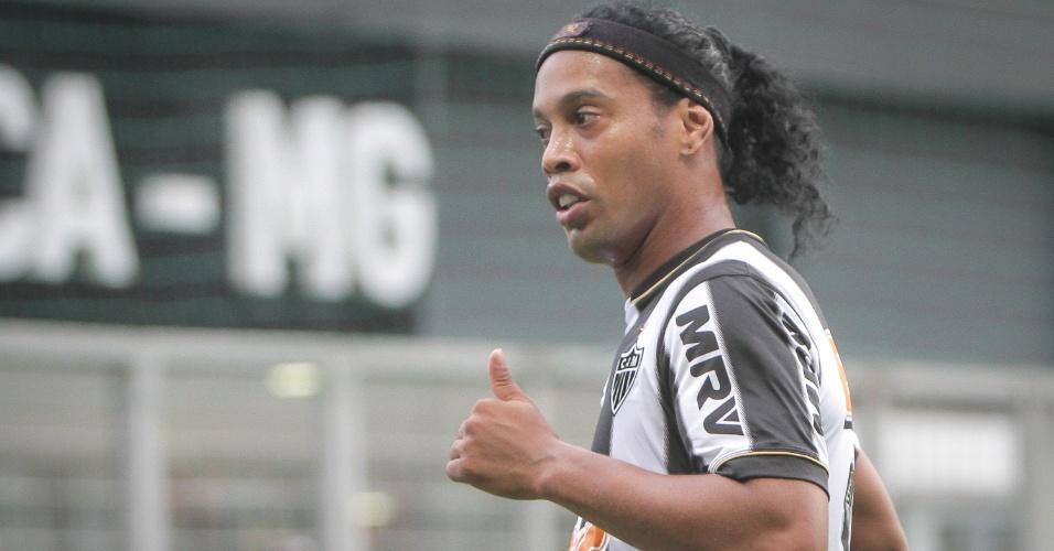 16 fev, 2004 - Ronaldinho Gaúcho durante empate sem gols do Atlético-MG no clássico com o Cruzeiro no Independência