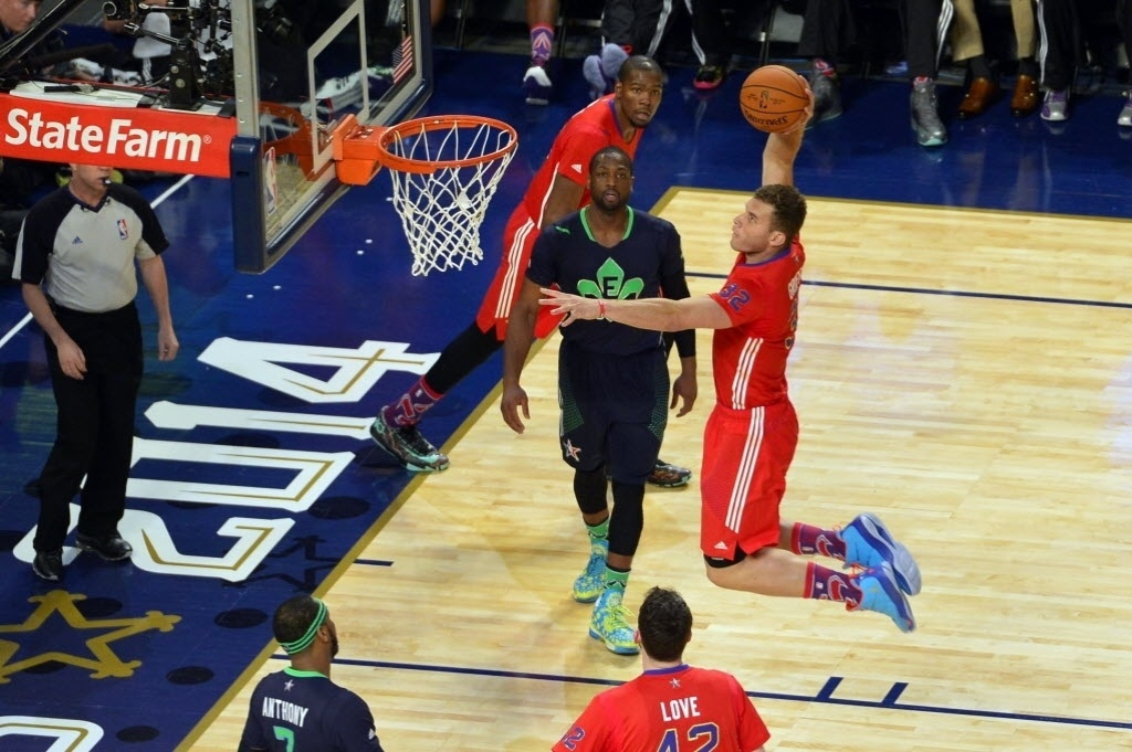 16.fev.2014 - Blake Griffin voa para enterrar ao seu estilo no All-Star Game