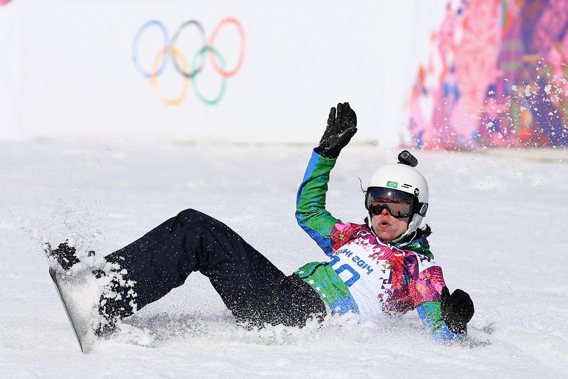 16.fev.2014 - Brasileira Isabel Clark cai durante treinamento em Sochi, no sábado; atleta também teve uma no domingo, durante as quartas de final da competição de Snowboard Cross e ficou de fora das fases finais