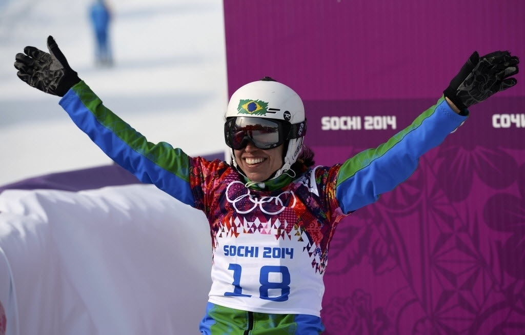 16.fev.2014 - Brasileira Isabel Clark sorri após performance na primeira fase do snowboard cross, em Sochi