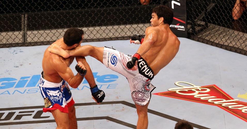 16.fev.2014 - Lyoto Machida acerta chute na cabeça de Gegard Mousasi; brasileiro venceu o iraniano por pontos no UFC Jaraguá